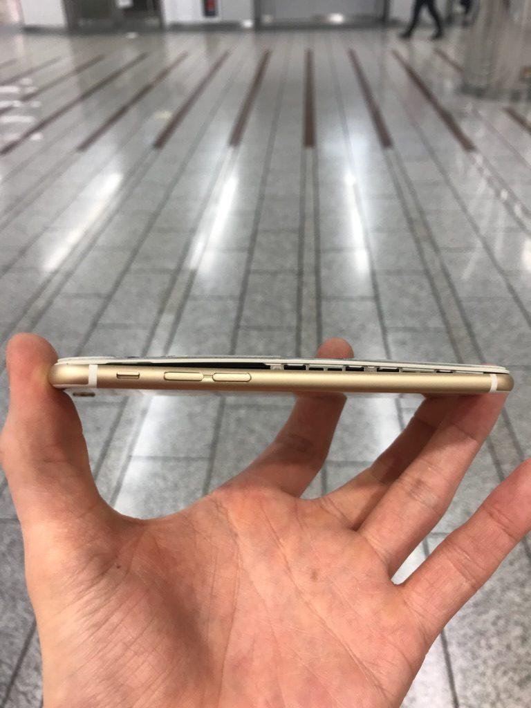 バッテリーでパネルが浮いた写真