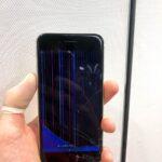 【iPhoneSE2】液晶が大破してバーコード画面に(゚д゚)!そんな状態でも修理可能!